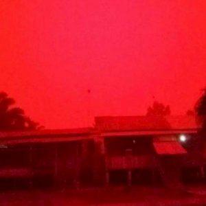 """Indonesia, il cielo si tinge di rosso: """"Sembra Marte"""". Colpa degli incendi FOTO-VIDEO"""