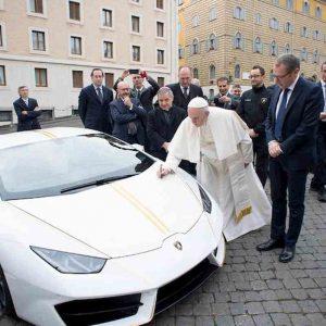 Papa Francesco, venduta all'asta la sua Lamborghini per 900 mila euro