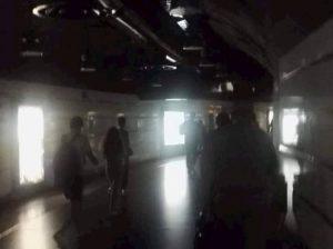 Metro Termini al buio, banchine e scale mobili senza luce da ore