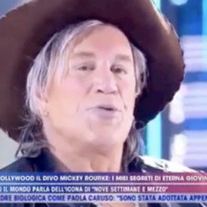 """Mickey Rourke a Live Non è la D'Urso: """"De Niro una delusione"""". Poi fa dito medio a Trump"""