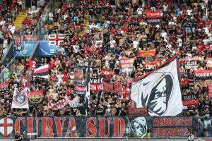 Milan Fiorentina tifosi lasciano stadio fischi contestazione