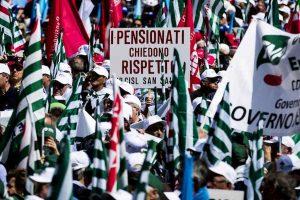 Pensionati in piazza a metà novembre, lettera sindacati a Conte