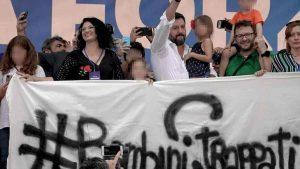 Matteo Salvini sul palco di Pontida con la piccola Greta