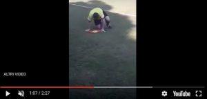 Repubblica Ceca guardalinee ubriaco video YouTube cade in continuazione