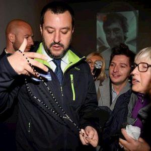 Matteo Salvini con il rosario