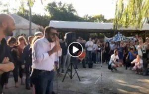 """Matteo Salvini a Spello con gli occhiali da sole al comizio: """"Ho l'orzaiolo"""" VIDEO"""
