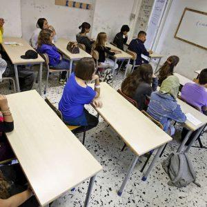 Figlio è maleducato in classe, mamma segue lezioni seduta accanto a lui