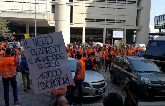 """Bologna, sit-in dei lavoratori del settore gioco contro il distanziometro: """"Così ci condannate"""" 01"""