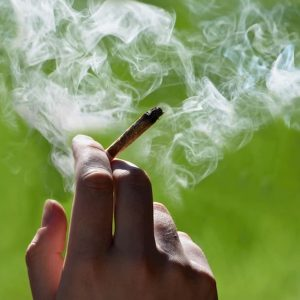 Fumare spinelli da giovani triplica il rischio di suicidio da adulti