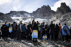 Svizzera, marcia funebre per il ghiacciaio scomparso: in 100 sono saliti sul Pizol
