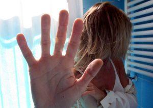 Varcaturo: segrega in auto per 12 ore la figlia e la ex, poi la violenta