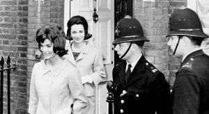 """Jackie Kennedy """"abusata psicologicamente"""" da Onassis: le rivelazioni nel libro di Carly Simon"""