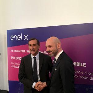 Beppe Sala con il responsabile Italia di Enel X, Alessio Torelli, all'inaugurazione del condominio di viale Murillo a Milano