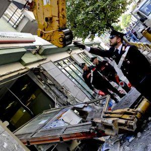 Afragola: bloccano strade con 3 bus e un'auto, la gru per sradicare bancomat ma il braccio si rompe 04