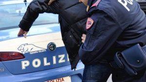 Canosa di Puglia, senza vestiti e ubriaco tenta di aggredire la ex. Poi sottrae la pistola ai poliziotti: arrestato