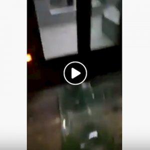 Roma, ancora un bus dell'Atac danneggiato: vetri spaccati col bracciolo a Ponte Casilino VIDEO