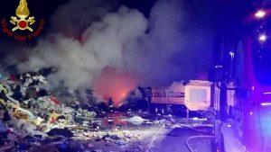 Aviano, incendio in un deposito rifiuti: scuole chiuse e finestre serrate anche a Roveredo