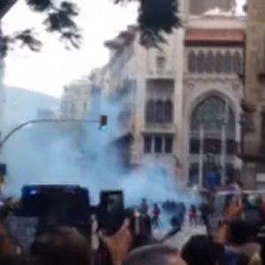 Barcellona, scontri e barricate: separatisti bloccano la città