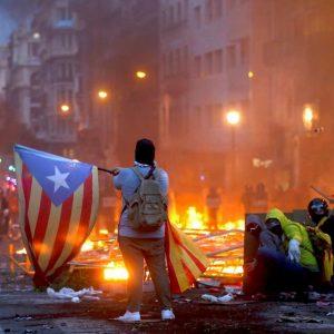 Barcellona, polizia spara fumogeni e proiettili di gomma per sedare disordini: 89 feriti