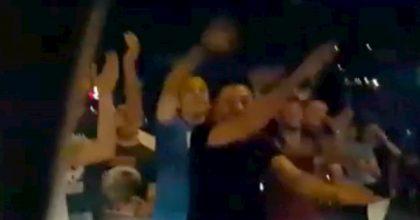 Libano, manifestanti circondano l'auto, il bimbo si spaventa e loro gli cantano Baby Shark VIDEO