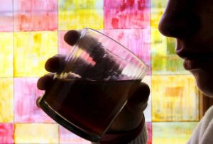 Binge drinking, 43% dei ragazzi maschi e 37% delle ragazze femmine entro i 15 anni praticano la sbronza estrema
