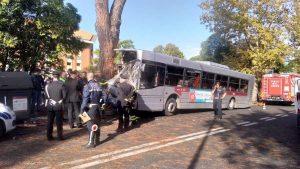 Roma, bus si schianta contro albero: ci sono passeggeri feriti