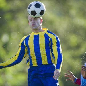 Un calciatore colpisce il pallone di testa