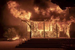 California in fiamme, si respira fumo: 200mila evacuati. Tra loro LeBron James e Schwarzenegger VIDEO