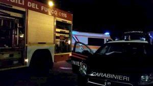 Torino, ubriaco passa col rosso. Poi scende da auto in fiamme, aggredisce carabinieri e gli sfonda finestrino