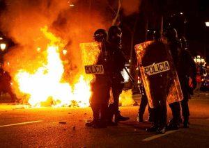 Barcellona, notte di guerriglia: prefetture sotto assedio, alta velocità sabotata, 30 arresti