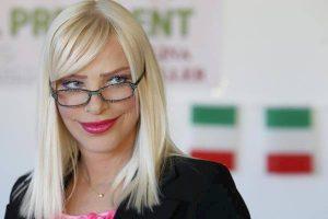 """Live - Non è la D'Urso. Alda D'Eusanio la provoca, Cicciolina si spoglia in diretta: """"Vuoi vederle?"""""""