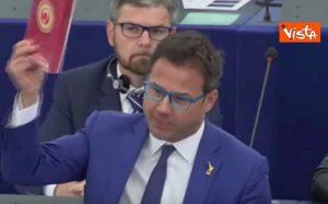 Ue, Angelo Ciocca (Lega) lancia cioccolatini turchi nell'aula del Parlamento Europeo VIDEO