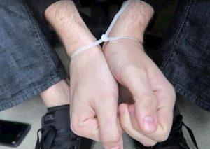 Ostia, rapina in casa: finti poliziotti immobilizzano madre e figlio con le fascette. Caccia a 3 italiani