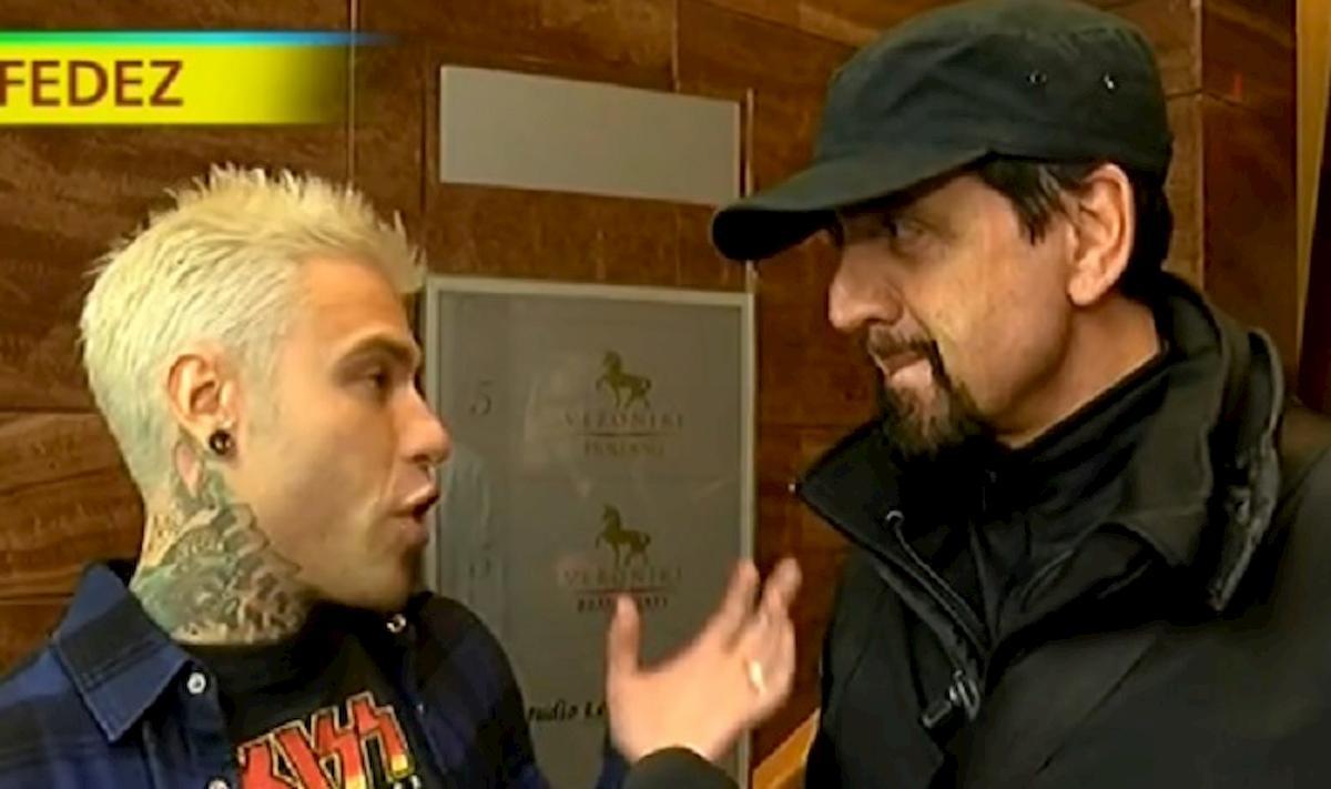 Striscia la notizia, Staffelli consegna il quinto tapiro d'oro a Fedez: motivo