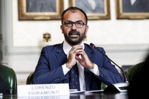"""Lorenzo Fioramonti, vecchi post con insulti a politici e forze dell'ordine. Centrodestra: """"Dimissioni immediate"""""""