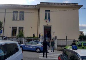 Foligno, genitore si barrica a scuola minacciando di farsi esplodere. Poi si arrende
