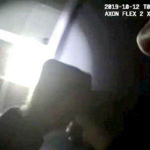 Usa, poliziotto spara e uccide per sbaglio una ragazza nera che gioca in casa col nipotino
