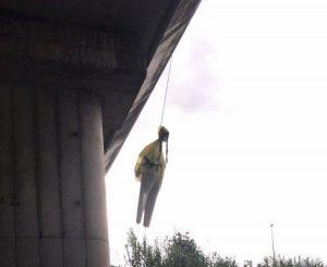 """Roma, manichino di Greta Thunberg impiccato sotto ponte. Virginia Raggi: """"Vergognoso"""""""