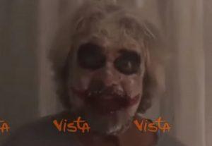 """Beppe Grillo mascherato da Joker: """"Sono il vero caos"""" VIDEO"""