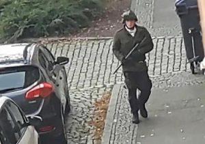 """Halle (Germania), assalto alla sinagoga: neonazista spara in diretta web e grida: """"Gli ebrei sono il male"""""""