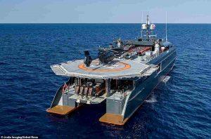 Hodor, il super yacht di lusso che può ospitare moto d'acqua, quad e un sottomarino