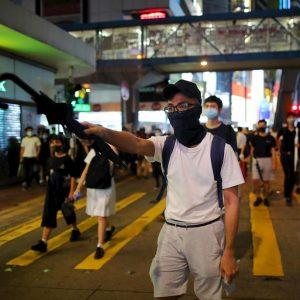 Hong Kong, divieto di indossare maschere alle manifestazioni. Esplodono nuove proteste