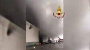 Castelletto di Leno, incendio al caseificio Solat: crolla parte della struttura. Un ustionato e sei intossicati
