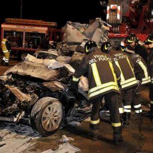 Belmonte Mezzagno (Palermo), incidente al rientro a casa: auto prende fuoco. Due minorenni morti carbonizzati