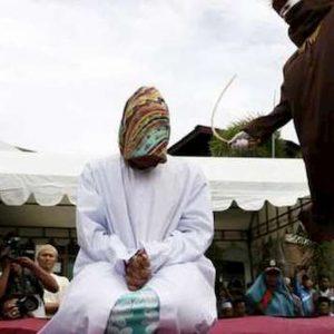 Indonesia, accusati di gioco d'azzardo vengono frustati pubblicamente
