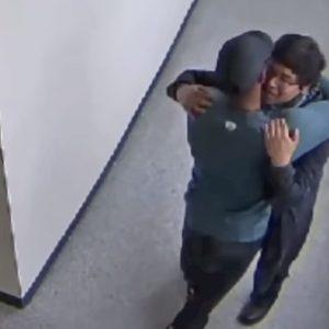 Insegnante disarma e abbraccia uno studente entrato a scuola con un fucile VIDEO