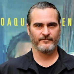 Joaquin Phoenix, incidente stradale: l'attore di Joker centra in pieno camion dei pompieri