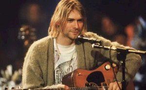 Nirvana, il maglione di Kurt Cobain venduto all'asta per 334mila euro: non è stato mai lavato