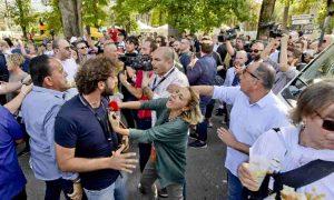 Le Iene a Napoli provano a intervistare la Raggi, attivisti M5s aggrediscono Filippo Roma