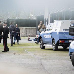 Linate (Milano), clochard trovato morto nel parcheggio dell'aeroporto: mani e piedi legati con filo di ferro